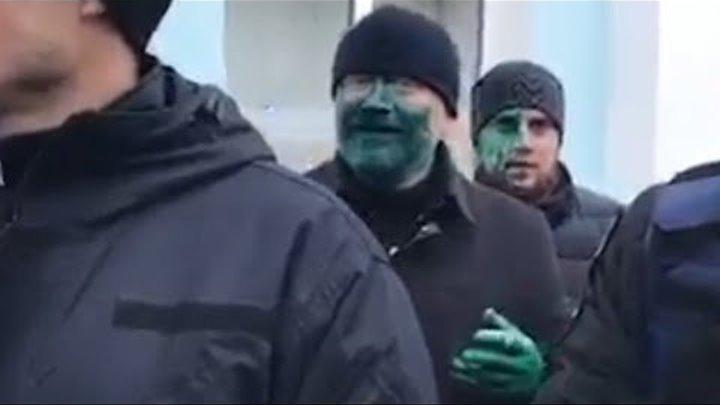 Вилкула облили зеленкой в Бердянске.