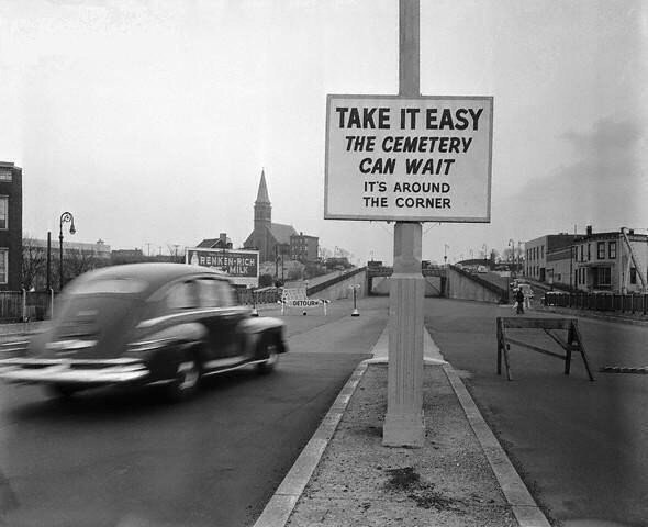 Фото дорожного знака в Лондоне, который гласит: «Поезжайте медленнее,