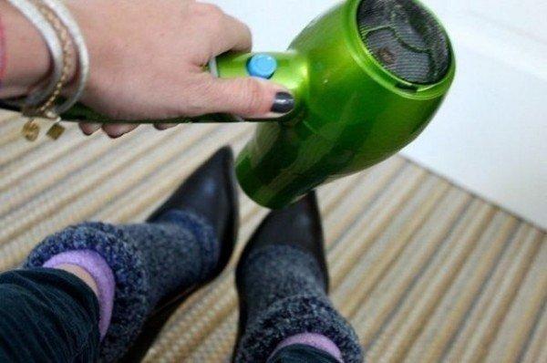классные советы на все случаи жизни. 1.а вы знали, что если новые туфли оказались вам слегка малы, нужно просто надеть их на три пары носков. после чего их следует равномерно прогреть под струей