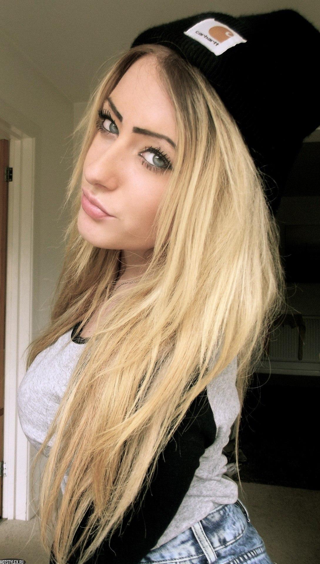 Красивая девушка с русыми волосами