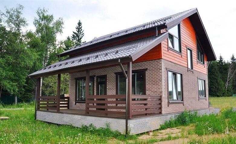 Дом из кирпича и бруса.