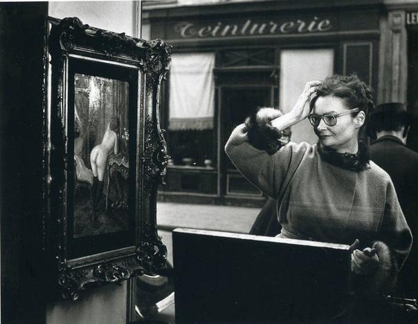 Фото реакций прохожих на картину, Париж, 1948 год. Фотограф: Robert Doisneau.