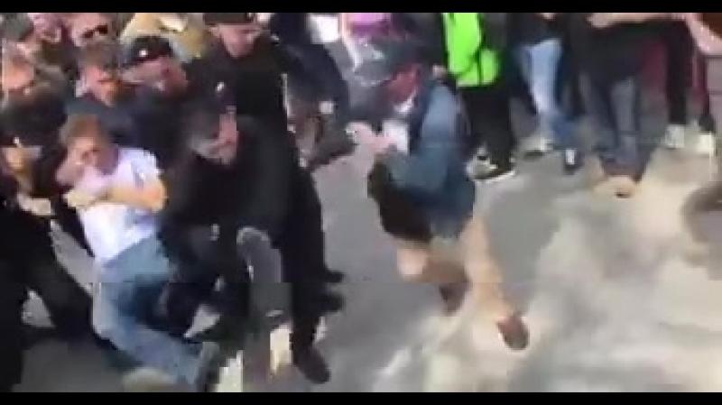 Навального вынесли с майдана вперёд ногами, символичненько)