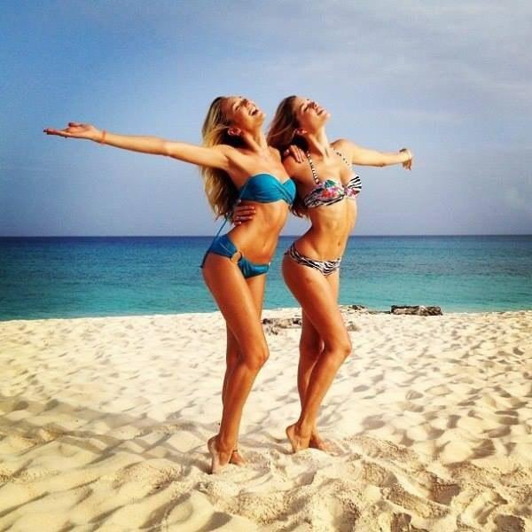 Бойфренды фотографируют подружек отдыхая у моря  230749