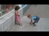 Любвеобильный мальчик пристает к девочке