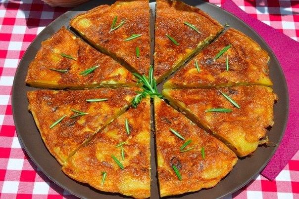 испанская тортилья с розмарином что нужно: картофель 5 шт.лук репчатый 1 шт.яйцо 5 шт.розмарин веточкаоливковое масло 5 ст. л.перец по вкусумускатный орех щепоткаморская соль по вкусучто