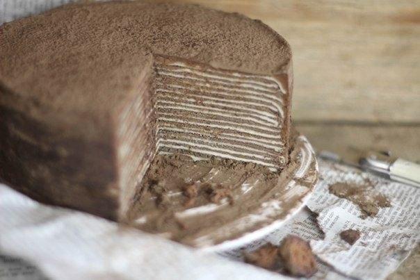 Шоколадный торт из блинов с Амаретто Что нужно: Тесто для блинчиков:Яйца куриные 6 шт.Мука 1 стаканСливки 1/2 стаканаВанилин 1/2 ч. л.Молоко 1 стаканСоль 1/8 ч. л.Сахарная пудра 1/4