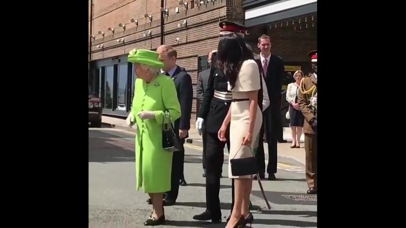 Королева и Меган Маркл встречают толпу в Честере первый совместный выход 18 06 18