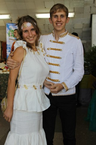 Участник музыкального конкурса Степан Корольков с прекрасной девушкой