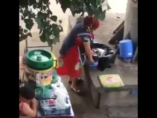 Мусорный квас продавщица разливала напитки в использованные стаканчики