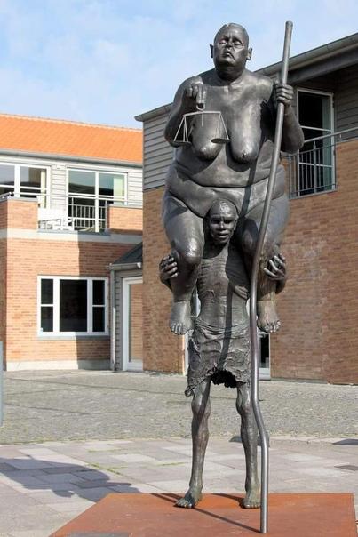 Скульптура Чиновничья Фемида Проблемы бюрократии и чиновничьего произвола характерны для любой страны мира. Призванные служить для нашего блага и процветания чиновники вынимают из нас и душу, и