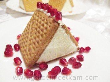 Пирожное «Домик». Приятного аппетита! Когда нет времени на выпечку, из простых продуктов, находящихся под рукой, можно приготовить несложное и вкусное пирожное «Домик». В доме, где есть дети, всегда найдётся творог, молоко, да и пачка печенья непременно припрятана. Итак приступим: Ингредиенты: на 5 пирожных: обычное печенье (юбилейное и т.д.) – 1 пачка (понадобится 15 шт.) творог – 360 г ( у меня были 2 пачки по 180 г) взбитые сливки – 4 ст.л. молоко – 1/2 ст. сахар – 3 ст.л. + 1 -2 ст.л. в…