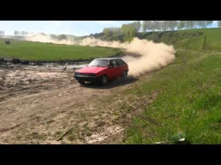 ВАЗ 2108 Корч Валит на ралли по суровой грунтовой дороге