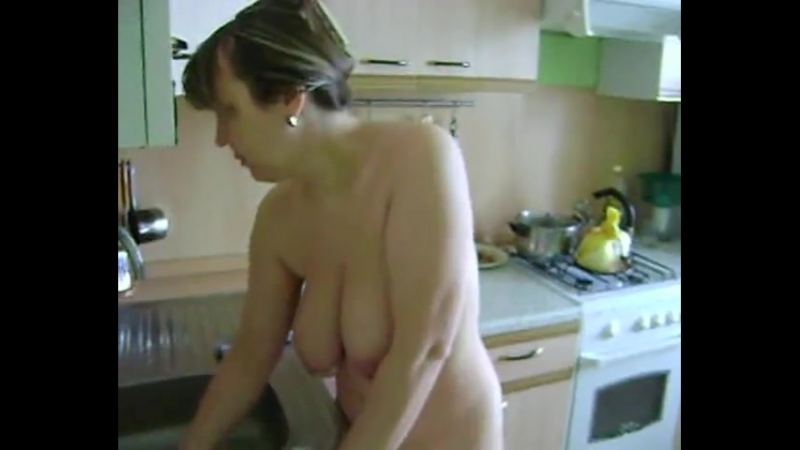 Моя мама голая на кухне убирается