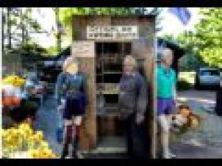 Unten auf der Toilette Bauernhof Stand dreht Plumpsklo in Wahlkabine