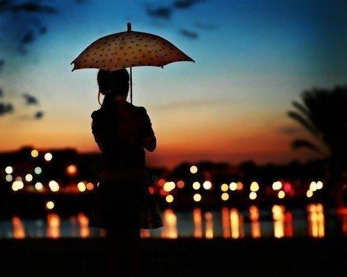 Дівчина з парасолькою, вечір