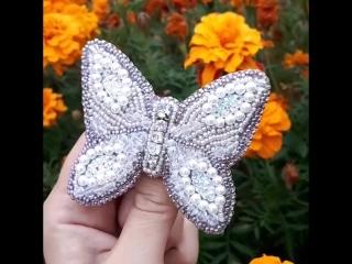Брошь Крылатая Красавица. В Наличии. Использованы: Чешский бисер, граненые камни, бусины под жемчуг, кристалы, камни в цапках. И
