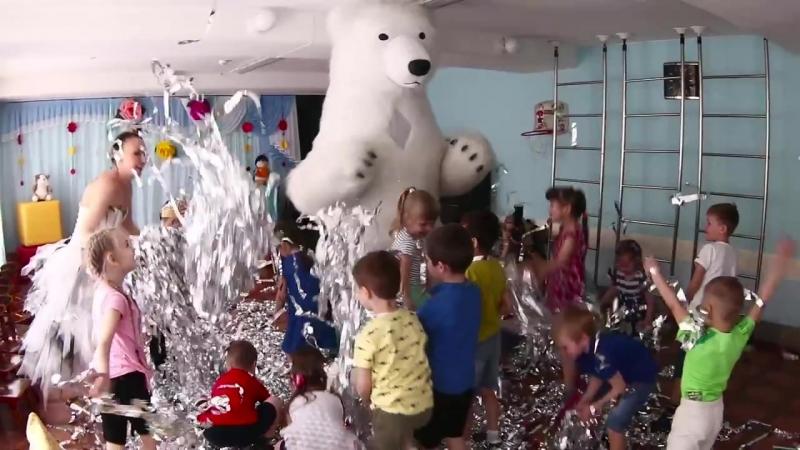 Белый мишка на Детском празднике..mp4