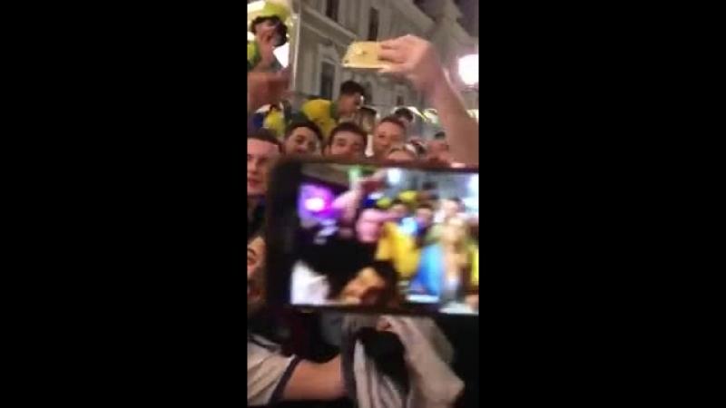 Brasileiros FALTAM COM RESPEITO com torcedora russa na copa (1)