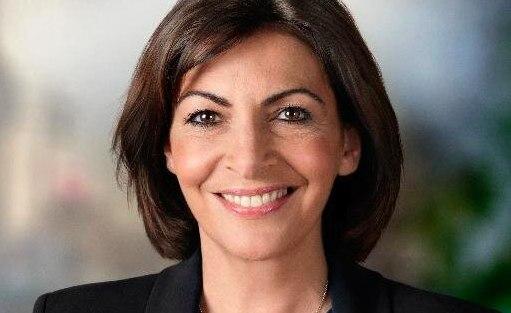 Парижем теперь руководит первая женщина-мэр