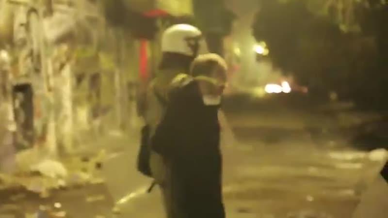 Греческие полицаи тоже, вполне себе такими демократическими методами, разъясняют пацану западные ценности и его его права. 06.12