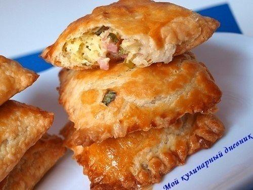 Пирожки из слоеного теста с зеленым луком,