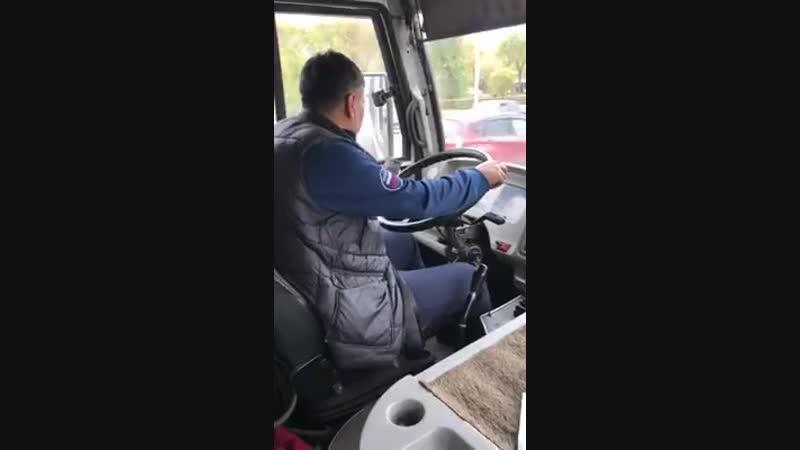 Водитель не отрывается от телефона во время движения автобуса