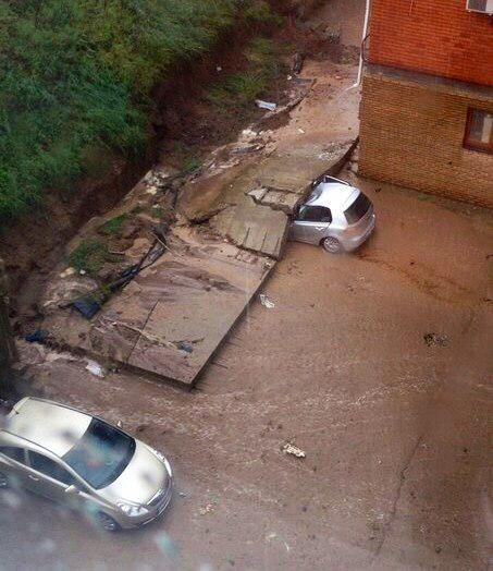 В Ростове Volkswagen Golf раздавила подпорная бетонная плита (фото)