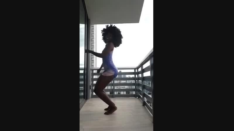 Негритянка с большой попой танцует тверк Big black booty shaking
