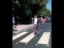 49 лет спустя сэр Пол Маккартни на бис прогулялся по знаменитой зебре на Abbey Road - пешеходному переходу. Видео предоставлен