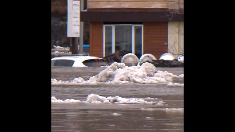 Наводнение в городе Босвиль из-за ледяного затора на реке Шодьер (Канада, Квебек, 16 апреля 2019).