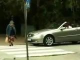 Мужчина решил, что бабушка слишком долго переходит дорогу и решил ее подогнать