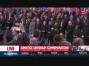 Il momento della stretta di mano tra Vladimir Putin e Trump durante la cerimonia di Parigi per il centenario dell'armistizio.