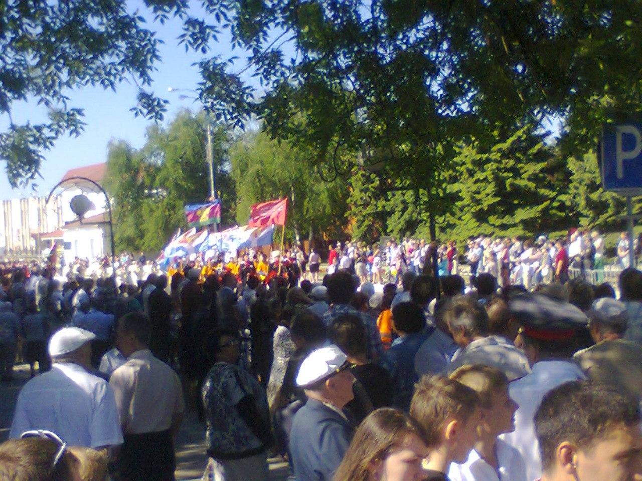 Казаки выносят Знамя Победы