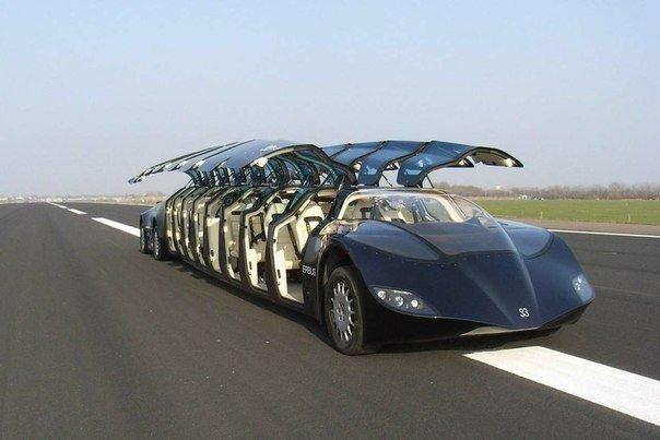 Это не лимузин, а междугородний автобус Wubbo Superbus. У него 16 дверей и 23 посадочных места. На специальных полосах, построенных между Дубаем и Абу-Даби рядом с существующими автобанами, он будет катать пассажиров с ветерком - на скорости 250 километров в час. Автобус к тому же еще и экологичный: электрический двигатель не выбрасывает в атмосферу ни грамма выхлопных газов.
