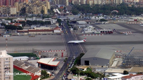 Аэропорт Гибралтара, один из немногих в мире, где полосу пересекает автомобильна...