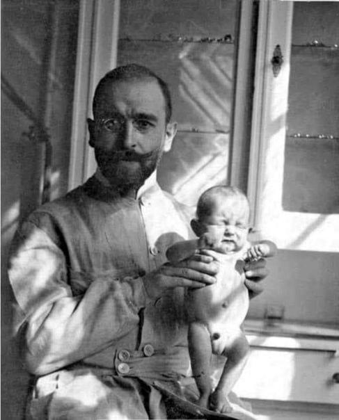 Педиатр Эрнст Моро.