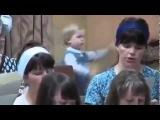 Ребенок жжет на заднем плане под песню
