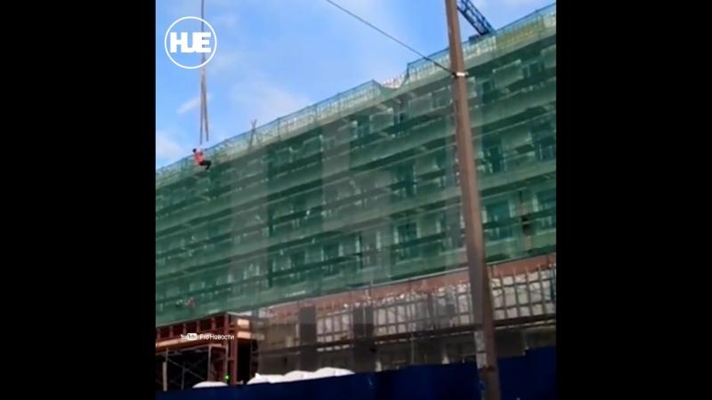 В Санкт-Петербурге строитель катался на стропах подъёмного крана
