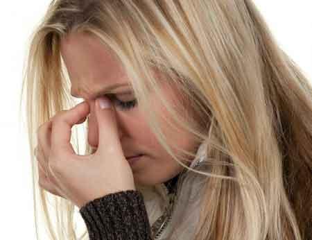Головные боли являются возможным побочным эффектом витаминов для беременных.