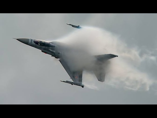 POLISH AIR FORCE F 16C 'TIGER DEMO TEAM' Making Clouds
