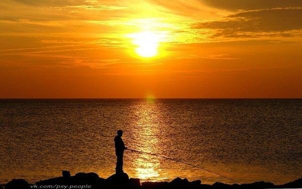 Когда вы долго двигаетесь в отношения, в какой то момент вы чувствуете себя усталыми. Было бесконечно красиво быть вместе, но в какой-то момент вам хочется побыть одному. В любви вы двигаетесь в того, кого любите. Вы тонете в любимом человеке. Но, в какой то момент вы устаете и, чувствуете, что словно хотите найти себя. Спустя время, вы снова наполняетесь и снова возникает потребность отдавать, дарить себя. И это ритмично. Поймите это. Никто не может любить 24 часа в сутки. Необходимы периоды…