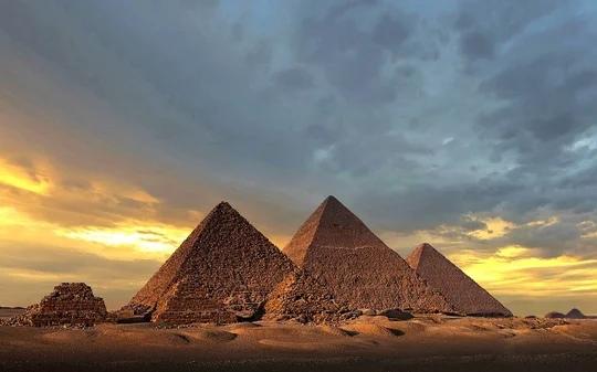 Древние египтяне строили пирамиды при помощи электричества Некоторые ученые утверждают, что древние египтяне не могли построить пирамиды, не имея доступа к современным технологиям — таким, как