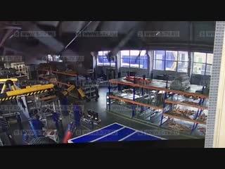 Момент обрушения крыши в Дзержинском попал на видео.