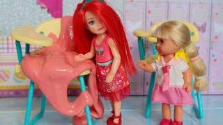 ДАША ПРИЛЕПИЛА НА СТУЛ ЖВАЧКУ / Мультик с куклами МАМА БАРБИ