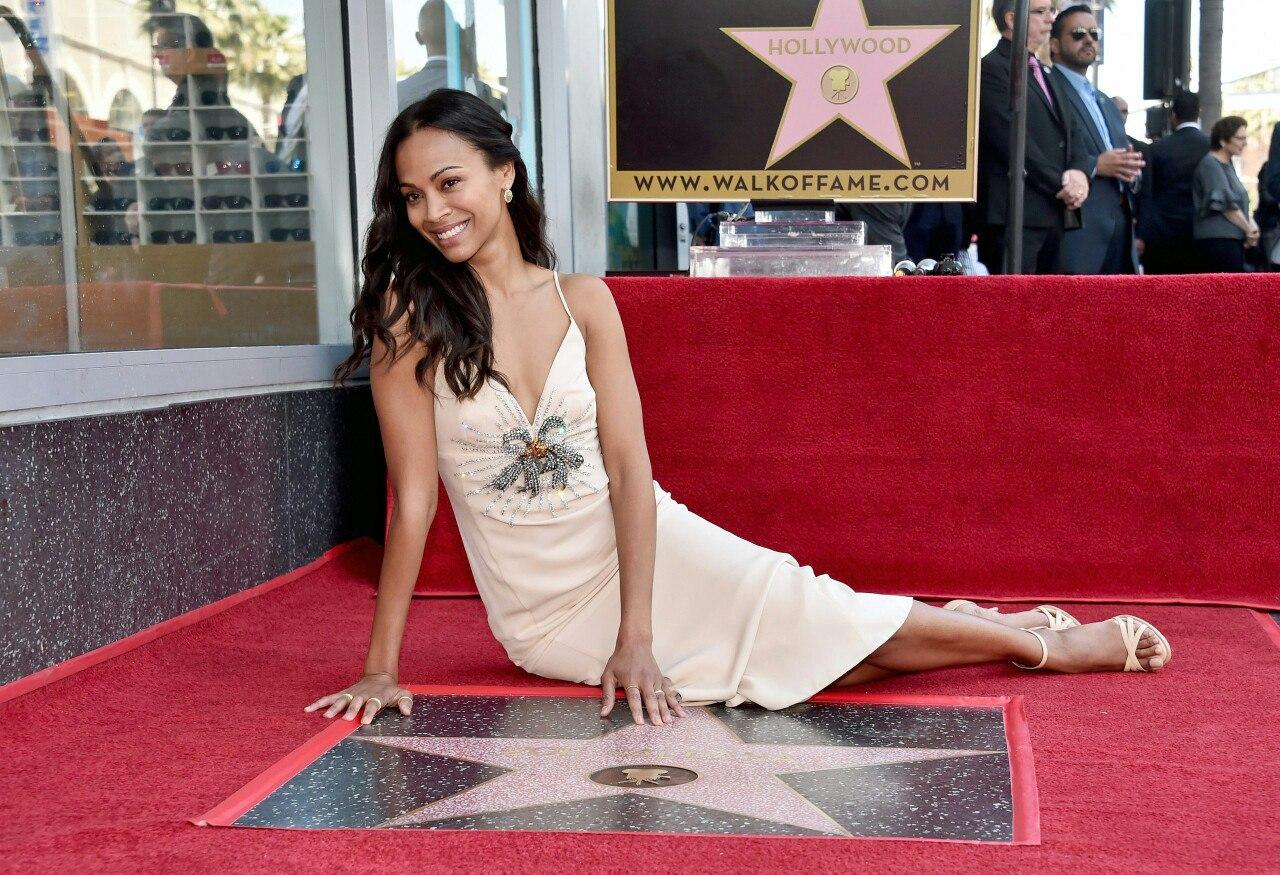 Смотреть Зои Салдана получила именную звезду на голливудской Аллее славы видео