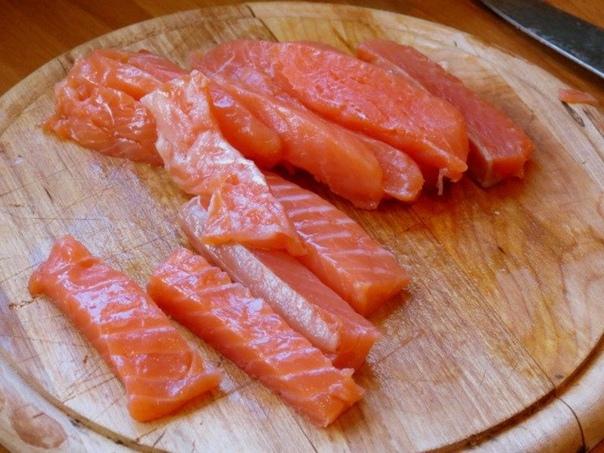 Роллы из омлета с красной рыбой