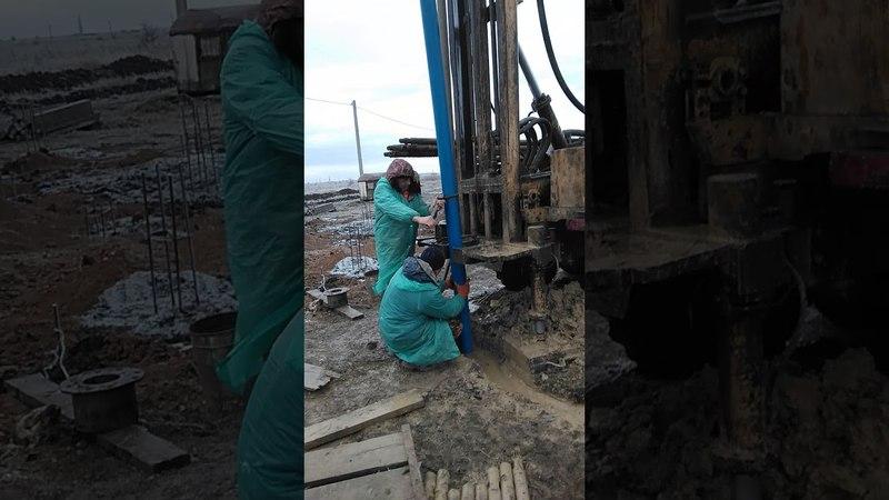 Опускаем фильтры и трубы в скважину   СК Доступное Жилье Новороссийск, Анапа.