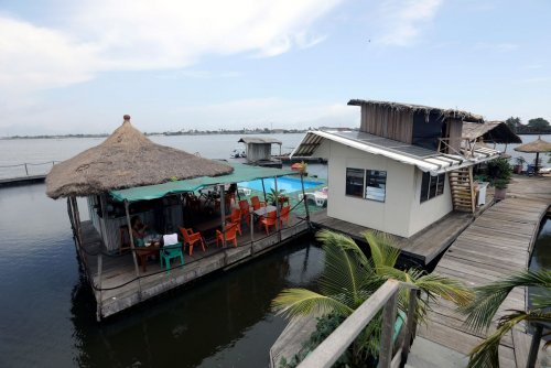 Шикарный отель на острове из пластиковых бутылок Наконец-то появился бизнесмен, который от простой говорильни о вреде пластика для экологии перешел к делу. Французский бизнесмен Эрик Бреккер