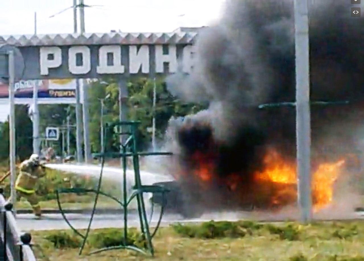В Таганроге на «Родине» во время движения загорелся «ВАЗ». ВИДЕО